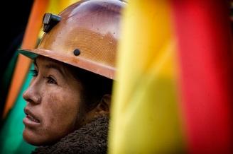 """22-01-2015. La Paz. Bolivia. Se realizó la """"toma de mando"""" del gobierno Boliviano donde Juan Evo Morales Ayma inició su tercer mandato. Manifestantes se congregaron en la plaza Murillo frente al palacio de gobierno para presenciar la asuncion en pantalla gigante y luego recibir el saludo de los mandatarios desde el balcon presidencial."""