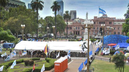 se mantiene en plaza de mayo una carpa donde se realizan actividades culturales