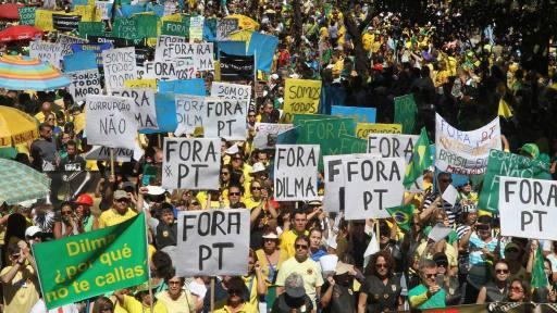 BRA09. BELO HORIZONTE (BRASIL), 16/08/2015.- Manifestantes se concentran en PraÁa da Liberdade para protestar contra el Gobierno de Dilma Rousseff hoy, domingo 16 de agosto de 2015, en Belo Horizonte (Brasil). Miles de personas se concentraron en decenas de ciudades de Brasil para manifestaciones convocadas por la oposiciÛn, que pretende dar una prueba de fuerza y protestar por la corrupciÛn y la gestiÛn econÛmica del Gobierno de Dilma Rousseff. EFE/Paulo Fonseca BRASIL CRISIS