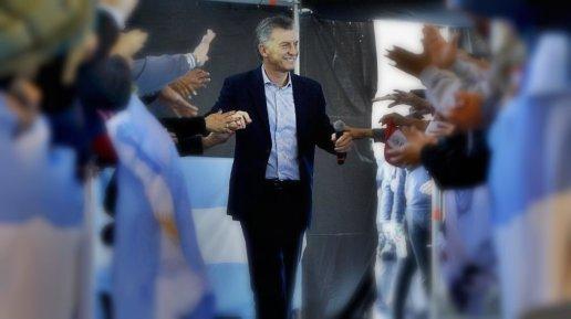 Macri_con_jubilados_en_Stgo1ed