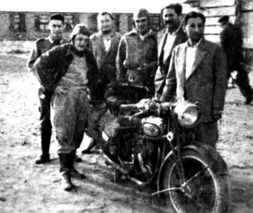 """BAS11. BUENOS AIRES (ARGENTINA) Imagen de 1951 que muestra a Ernesto el """"Che"""" Guevara (3d) y Alberto Granado (i) mientras posan al lado de """"poderosa II"""", la motocicleta que utilizaron para explorar el continente en 1952. EFE/Marea Editorial/SOLO USO EDITORIAL"""