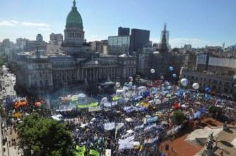 Télam 18/11/2016 Buenos Aires: Vista aérea que muestra la Plaza de los Dos Congresos colmadas de gente, en el acto en reclamo de una ley de emergencia social. Foto: Manuel Fernández/aa