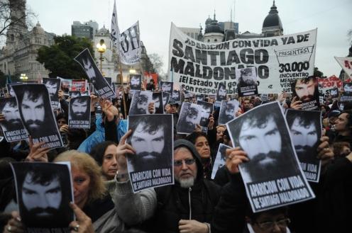 Buenos Aires 11 agosto 2017 aparicion con vida de Santiago Maldonado en plaza de mayo foto Rolando Andrade Stracuzzi ley 11723