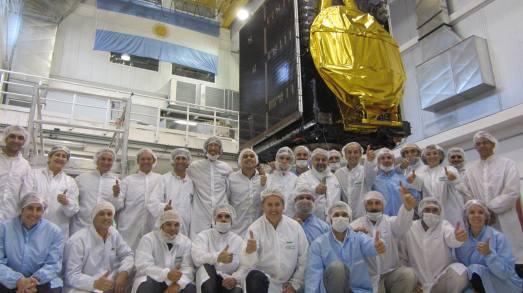 26 - 2014-02-03 Personal de INVAP junto al modelo de vuelo del satélite ARSAT-1 luego de completar exitosamente los ensayos de vibración en CEATSA